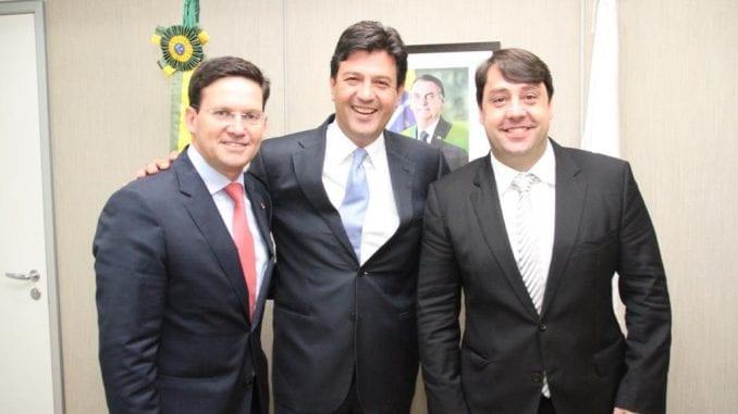 Deputado federal João Roma, ao lado do Ministro da Saúde, Henrique Mandetta e do Secretário Municipal de Saúde de Salvador, Luiz Galvão