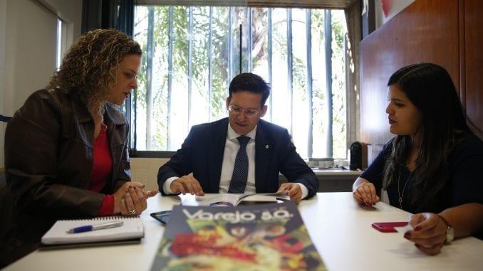 João Roma dando uma entrevista para a revista Varejo