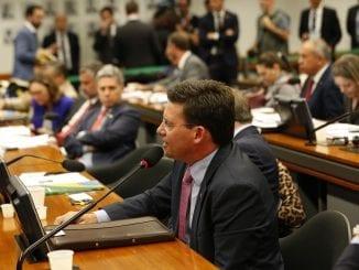 João Roma falando na Comissão de Minas e Energia