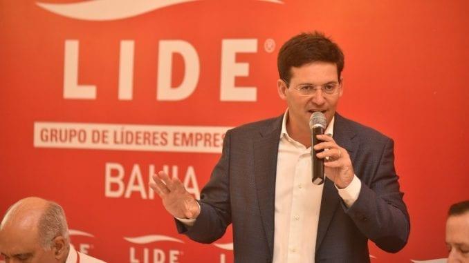 João Roma discursando no LIDE